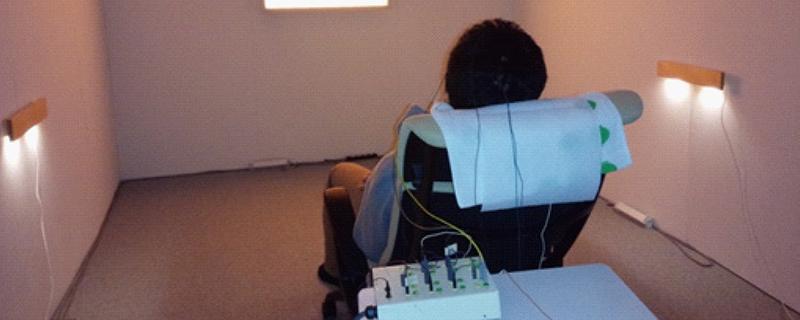 カラー照明を用いた生体信号計測時の様子